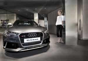 Kombi kaufen: Gwyneth Paltrow signiert den Audi RS 6 Avant