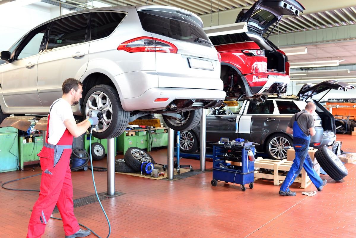 Ein Reifelwechsel klappt bei Profis ganz schnell. Foto: Adobe / industrieblick