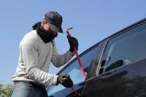 Autoalarmanlage Test: Autoaufbruch mit Brecheisen und Schraubenzieher