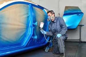 Karosserie wird blau gespritzt