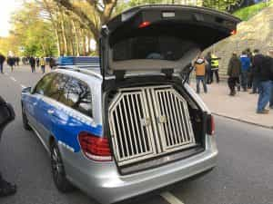 Hundetransportbox im Polizeiauto