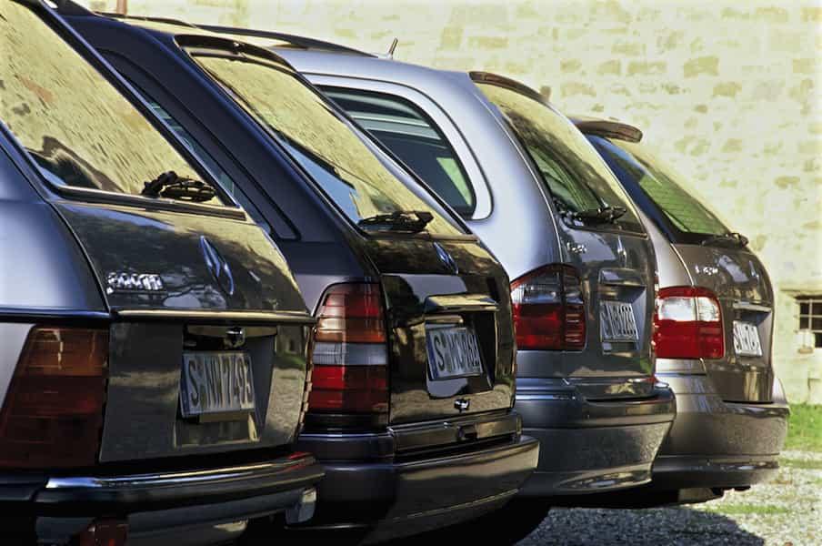 Ahnengalerie mit Ladevermögen: Mercedes-Benz T-Modelle der Baureihen S 123, S 124, S 210 und S 211 (von links).