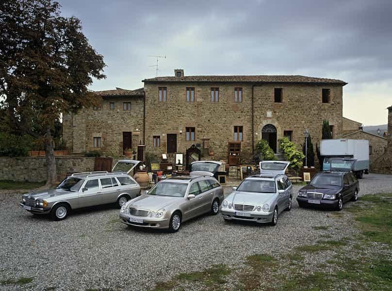 Familienfeier vor italienischer Kulisse: Die Mercedes-Benz T-Modelle der Baureihen S 123, S 211, S 210 und S 124 (von links).