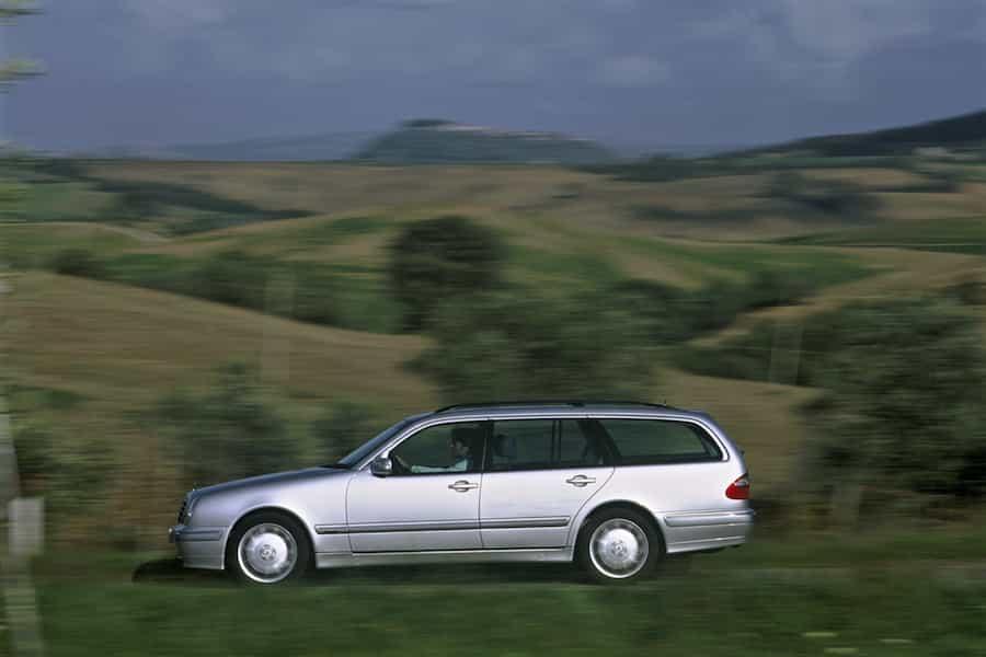 Die Mercedes-Benz Baureihe S 210 von 1995 setzte die Erfolgsgeschichte vom Mercedes E-Klasse Kombi fort.