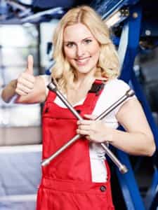 Auch Frauen reparieren Autos