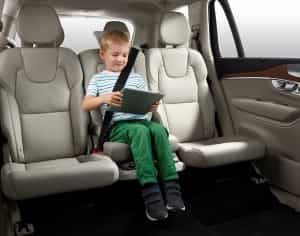Bei Reisen das Kind sicher anschnallen