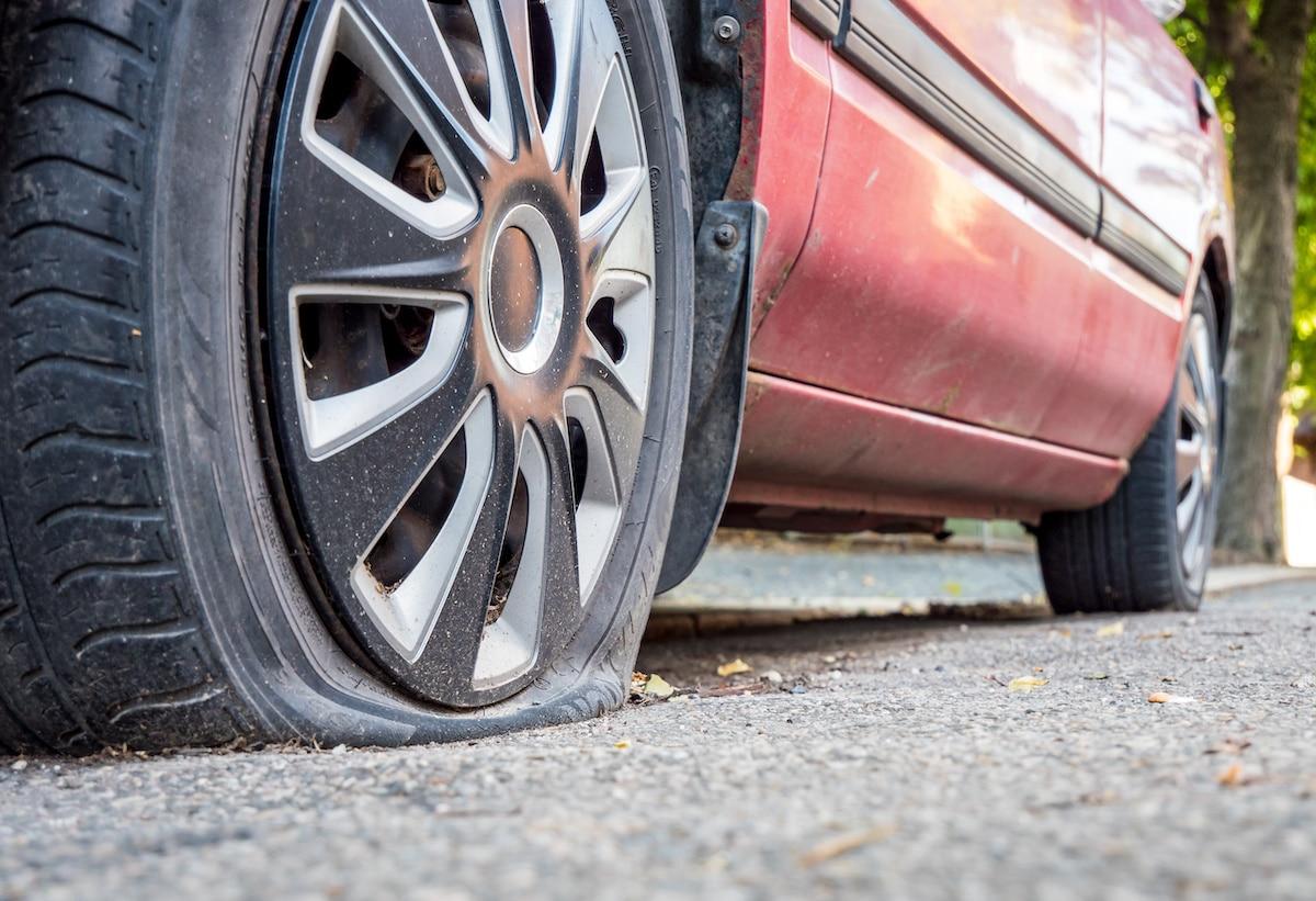 Reifen und Räder sind für die Stabilität auf der Straße unerlässlich - doch welche Schäden treten häufig auf und wann ist ein Wechsel erforderlich? Foto: Adobe / Animaflora PicsStock